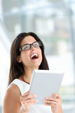Mujer feliz que sostiene la tableta digital Foto de archivo libre de regalías