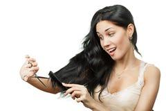 Mujer feliz que sostiene las tijeras Fotos de archivo