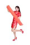Mujer feliz que sostiene pareados rojos en blanco Imágenes de archivo libres de regalías