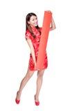 Mujer feliz que sostiene pareados rojos en blanco Imagen de archivo