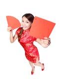 Mujer feliz que sostiene pareados rojos en blanco Imagenes de archivo