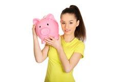 Mujer feliz que sostiene Piggybank Imágenes de archivo libres de regalías