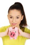 Mujer feliz que sostiene Piggybank Foto de archivo libre de regalías