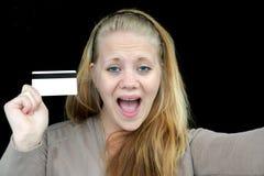 Mujer feliz que sostiene un de la tarjeta de crédito Imagenes de archivo