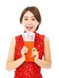 Mujer feliz que sostiene un sobre rojo Año Nuevo chino feliz Imagen de archivo