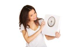 Mujer feliz que sostiene una escala Fotografía de archivo