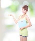 Mujer feliz que sostiene una escala del peso Fotos de archivo libres de regalías