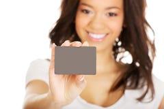 Mujer feliz que sostiene una tarjeta Foto de archivo