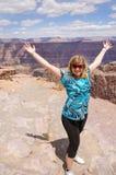 Mujer feliz que sube en la vista del Gran Cañón, los E.E.U.U. Imagen de archivo