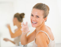 Mujer feliz que tiene tiempo de la diversión mientras que lava las manos Fotos de archivo libres de regalías