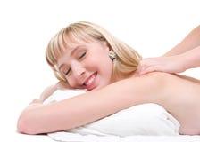Mujer feliz que tiene un masaje posterior Fotografía de archivo libre de regalías
