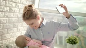 Mujer feliz que toma la foto del selfie con el bebé durmiente Maternidad feliz almacen de video