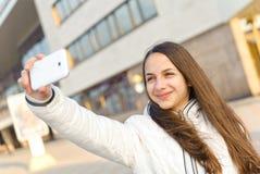 Mujer feliz que toma la imagen de la foto imágenes de archivo libres de regalías