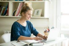 Mujer feliz que trabaja en hogar-oficina acogedora Fotografía de archivo