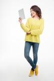 Mujer feliz que usa el ordenador de la tableta Imágenes de archivo libres de regalías