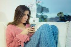 Mujer feliz que usa el smartphone preocupante Foto de archivo libre de regalías
