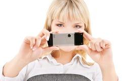 Mujer feliz que usa la cámara del teléfono foto de archivo libre de regalías