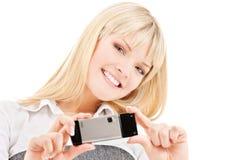 Mujer feliz que usa la cámara del teléfono Imágenes de archivo libres de regalías
