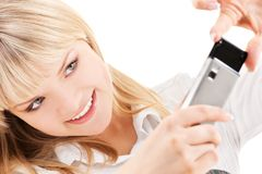 Mujer feliz que usa la cámara del teléfono Fotos de archivo libres de regalías