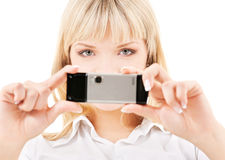 Mujer feliz que usa la cámara del teléfono Imagenes de archivo