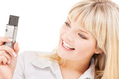 Mujer feliz que usa la cámara del teléfono fotos de archivo