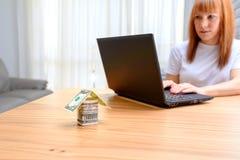 Mujer feliz que usa la computadora port?til E foto de archivo libre de regalías