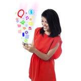 Mujer feliz que usa los medios sociales app Foto de archivo