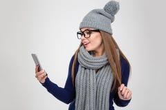 Mujer feliz que usa smartphone Imagen de archivo libre de regalías