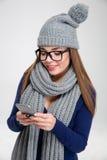 Mujer feliz que usa smartphone Imagenes de archivo