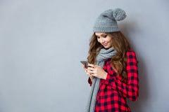 Mujer feliz que usa smartphone Fotografía de archivo libre de regalías