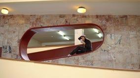 Mujer feliz que usa un smartphone dentro con las paredes de mármol almacen de video