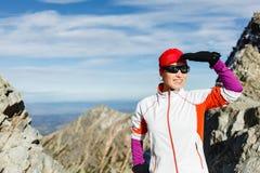 Mujer feliz que va de excursión en montañas asoleadas fotografía de archivo