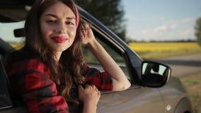 Mujer feliz relajada en viaje del roadtrip del verano almacen de video