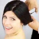 Mujer feliz sobre nuevo corte de pelo de largo de poner en cortocircuito Foto de archivo