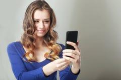 Mujer feliz texting Imagen de archivo libre de regalías