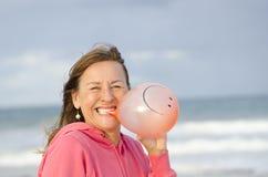 Mujer feliz y alegre con el globo sonriente Imagen de archivo libre de regalías