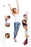 Mujer feliz y amigos que hacen publicidad Imagenes de archivo