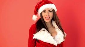 Mujer feliz y atractiva en Santa Claus Costume Smiling y el agitar sobre rojo almacen de metraje de vídeo