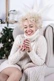Mujer feliz y contenta que espera el Año Nuevo Fotografía de archivo libre de regalías