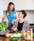 Mujer feliz y hombre que cocinan la cena Fotos de archivo libres de regalías