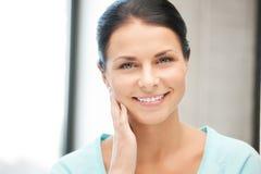 Mujer feliz y sonriente Imagen de archivo libre de regalías