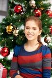Mujer feliz y sonriente con el árbol de navidad Imagenes de archivo