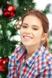Mujer feliz y sonriente con el árbol de navidad Imagen de archivo