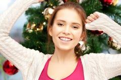 Mujer feliz y sonriente con el árbol de navidad Fotos de archivo