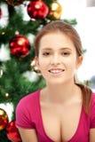 Mujer feliz y sonriente con el árbol de navidad Fotos de archivo libres de regalías