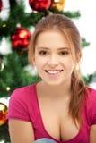 Mujer feliz y sonriente con el árbol de navidad Imagen de archivo libre de regalías