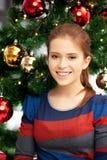 mujer feliz y sonriente con el árbol de navidad Fotografía de archivo