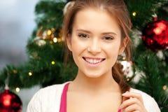 Mujer feliz y sonriente con el árbol de navidad Imágenes de archivo libres de regalías