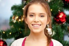 Mujer feliz y sonriente con el árbol de navidad Fotografía de archivo libre de regalías