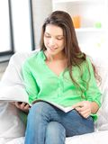 Mujer feliz y sonriente con el compartimiento Fotografía de archivo libre de regalías